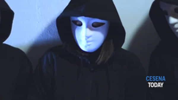 e' online social fake (videoclip) | il brano del rapper romagnolo peroz che parla dei social network e delle false identità-3