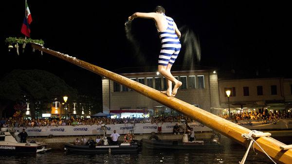 Sfida sul Porto canale per il Palio della Cuccagna dell'Adriatico