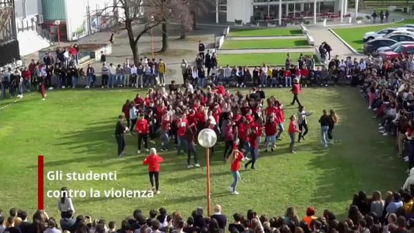 """""""Break the chain"""": gli studenti ballano contro la violenza sulle donne"""