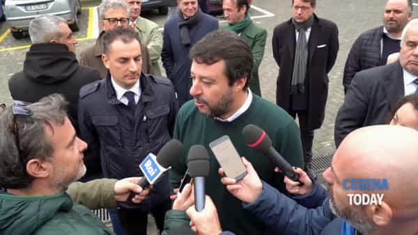 """Salvini di fronte al nuovo magazzino automatizzato Orogel: """"Anche qui lungaggini burocratiche"""""""