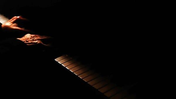 A occhi chiusi: un concerto al buio con il pianista Davide Tura
