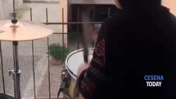 """La """"Vita è Bella"""" suonata con la batteria da un bimbo di 7 anni: """"Segno di speranza"""""""