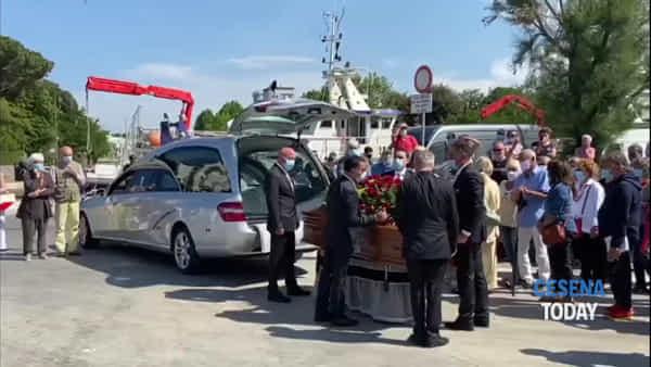 Un funerale laico fatto di ricordi, aneddoti e tanta amicizia per l'addio a Tinin Mantegazza