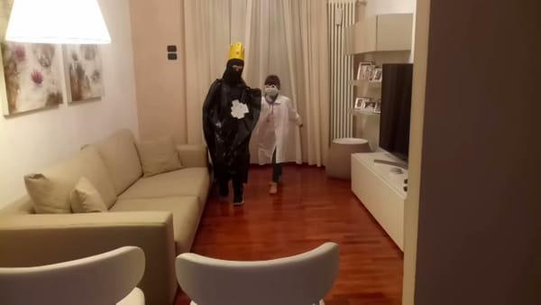 """Un video in famiglia per 'scacciare' il Coronavirus: """"I nostri medici sono supereroi"""""""