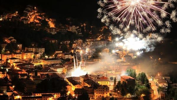 Brindisi, spettacolo e danze scatenate nel Capodanno di Sarsina