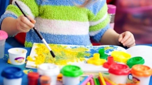 Divertimento per i più piccoli con pitture e lombrichi