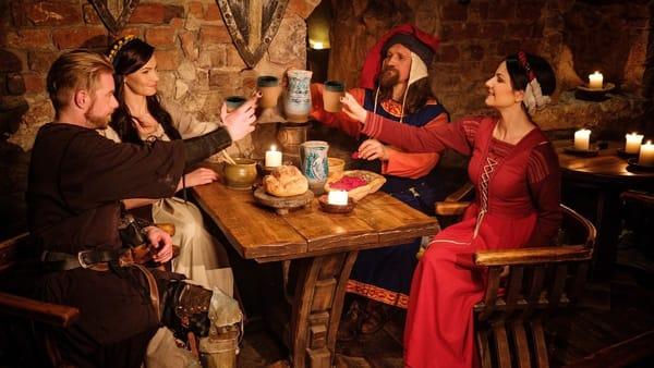 Carne alla brace, prosciutto fritto e altre loverie al pranzo medievale