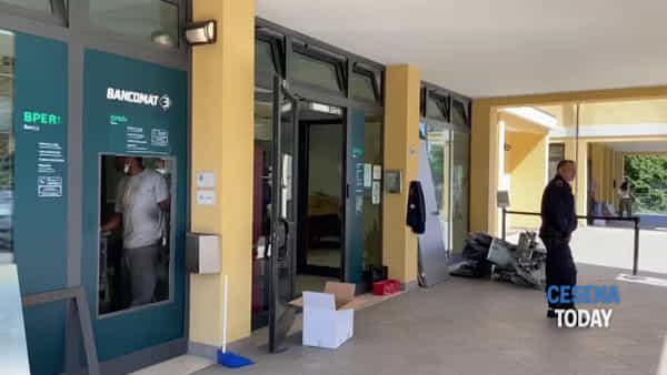 Bancomat sventrato dall'esplosione nella notte: le immagini