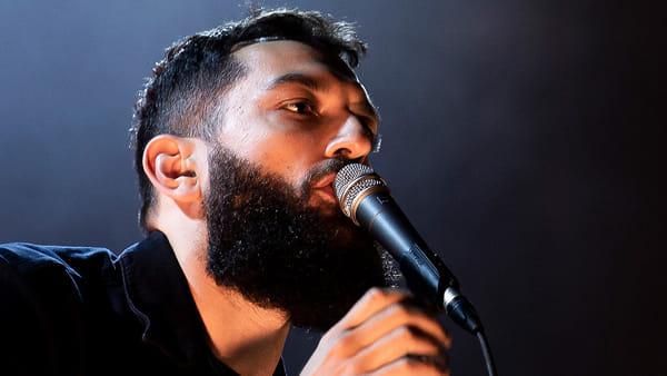 Tra musica e poesia: il live acustico di Vasco Brondi