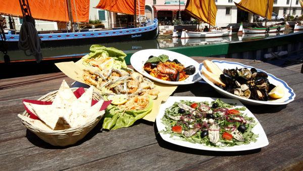 """Cesenatico si trasforma in un grande ristorante a cielo aperto: torna """"Azzurro come il Pesce"""""""