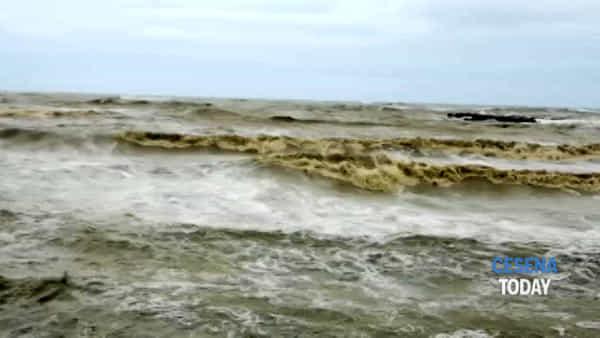 Maltempo, mare in burrasca. Le immagini dalla foce del Rubicone