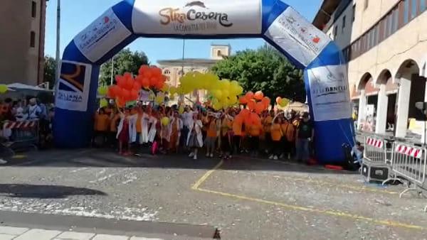 Clima di festa e sole cocente, i runner alla partenza della Stracesena 2019