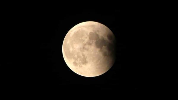 Una passeggiata sotto l'eclissi di luna
