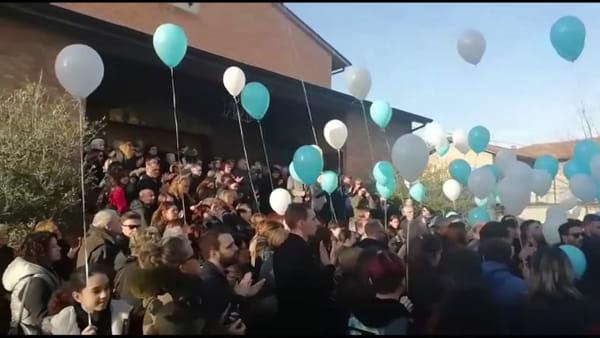 Bagno di folla per Steven Babbi, gli amici gli dedicano l'ultima canzone