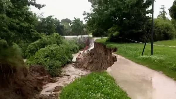 Il maltempo devasta anche il parco Ippodromo: crollano venti metri di strada