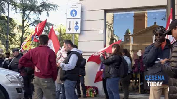 """Bartolini, picchetto dei 16 lavoratori licenziati davanti alla prefettura: """"Siamo in Italia per lavorare"""""""