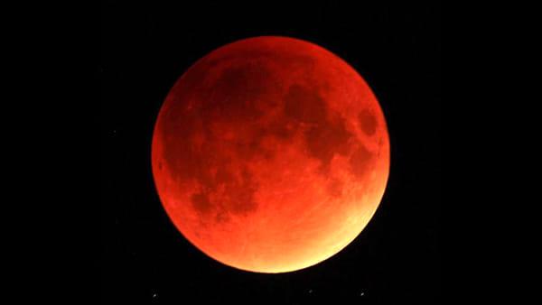 Eclissi di luna: a che ora ammirare il satellite che si colora di rosso