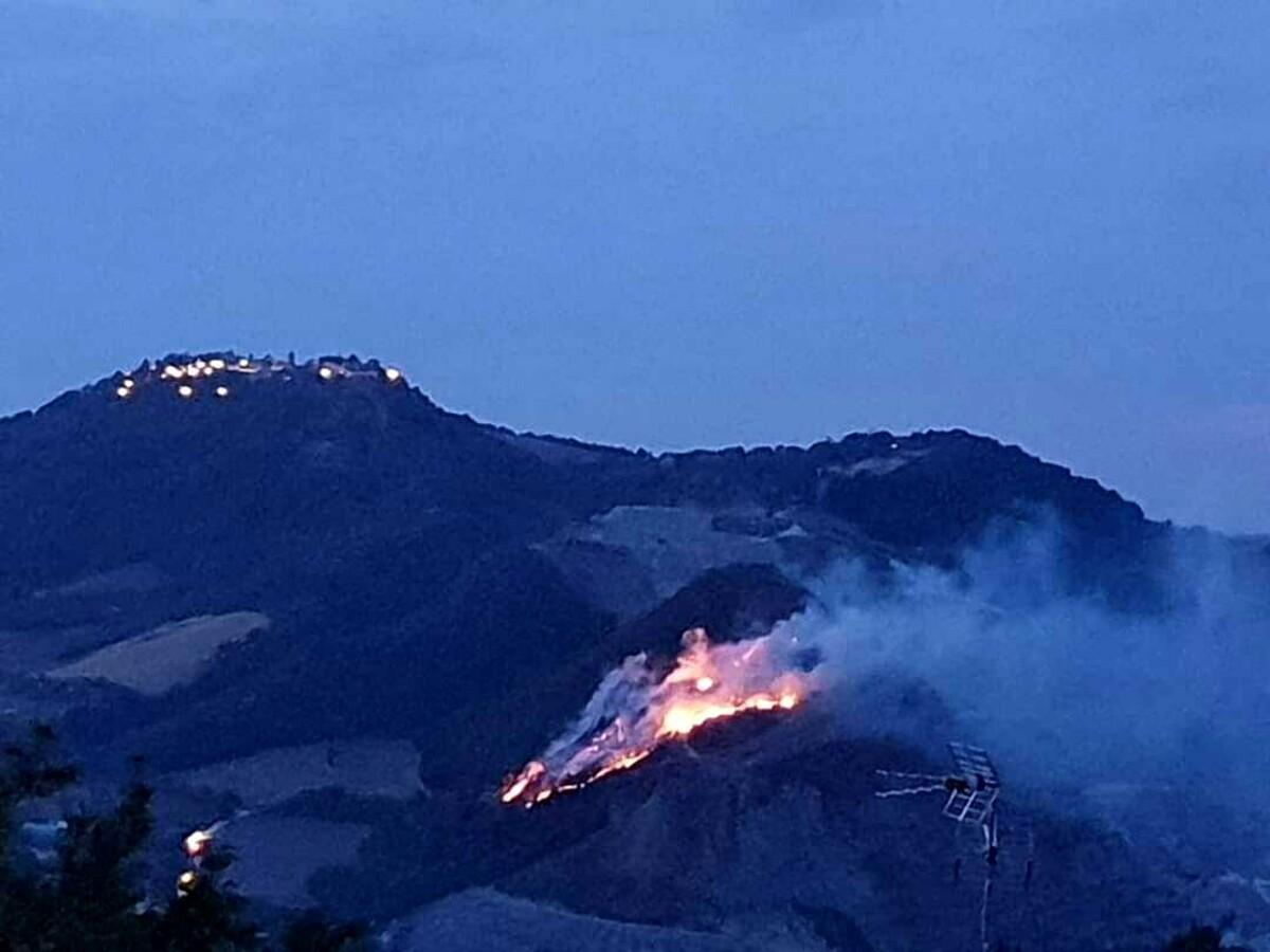 Divampa un grosso incendio in collina, ancora lavoro per i vigili del fuoco