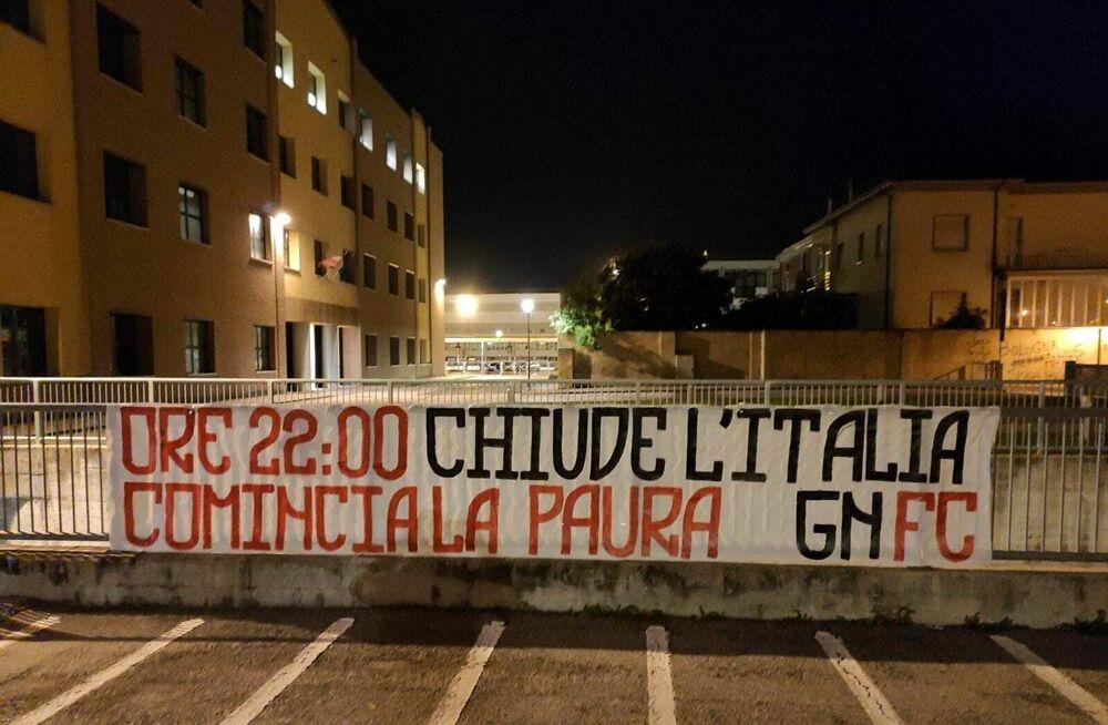 """Striscioni contro il nuovo decreto appesi in città: """"No al coprifuoco"""""""