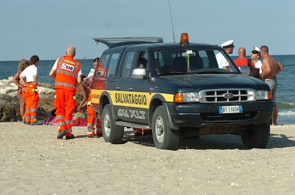 Tragedia in mare a pochi metri dalla riva, un malore non lascia scampo ad una turista francese