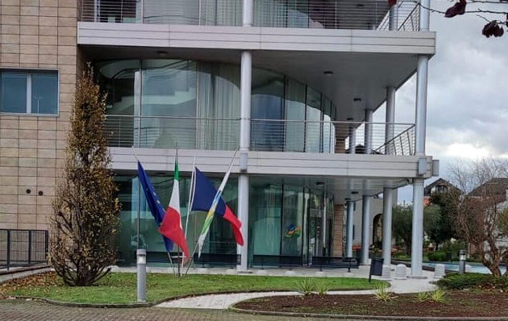 Il bancomat salta in aria di notte, la banda lascia 4500 euro di bottino per l'arrivo dei Carabinieri