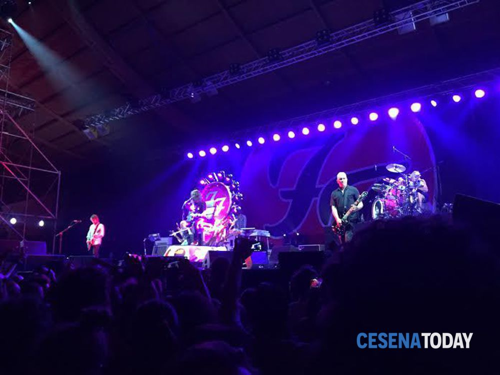 I Foo Fighters celebrano il Rockin' 1000: le celebrità sul ...