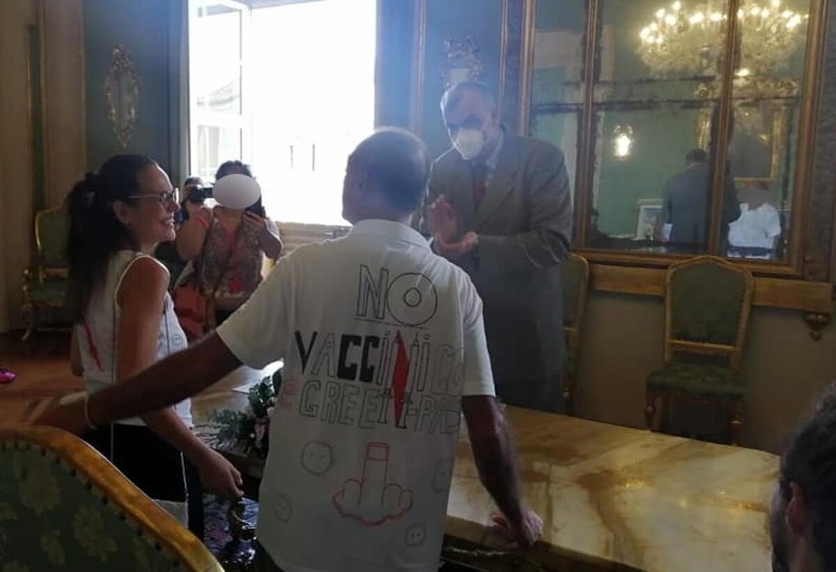"""A Cesena il matrimonio no vax con tanto di maglietta: """"Senza mascherine e non vaccinati, il Covid una montatura"""""""