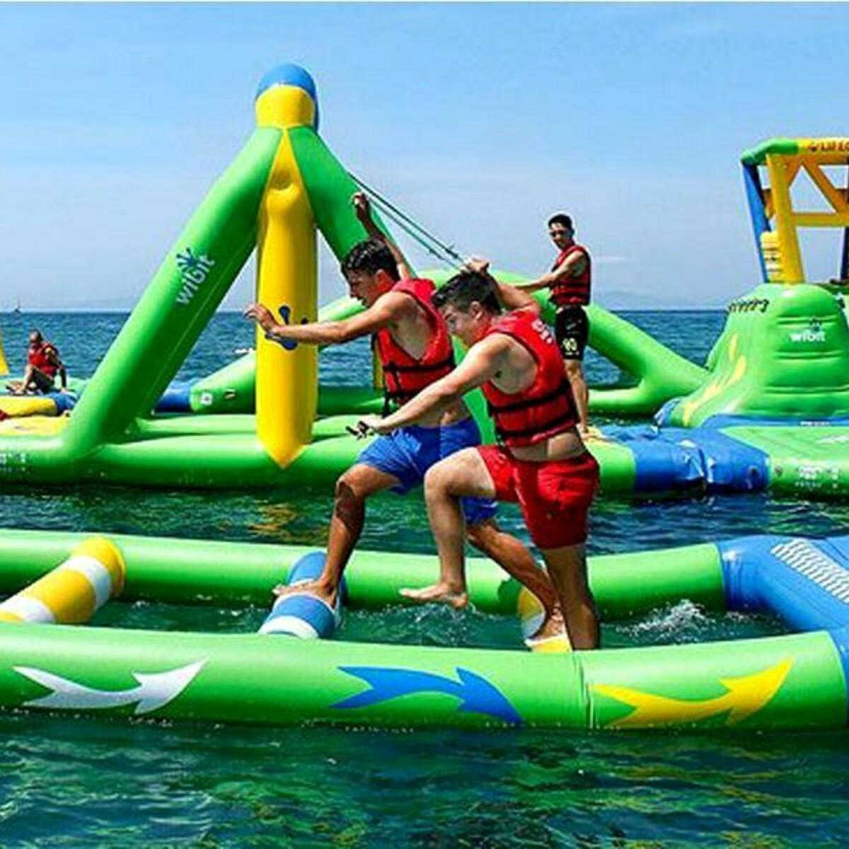 Ecco dove passare una giornata d'estate a due passi dal mare: gonfiabili galleggianti, avventura e relax
